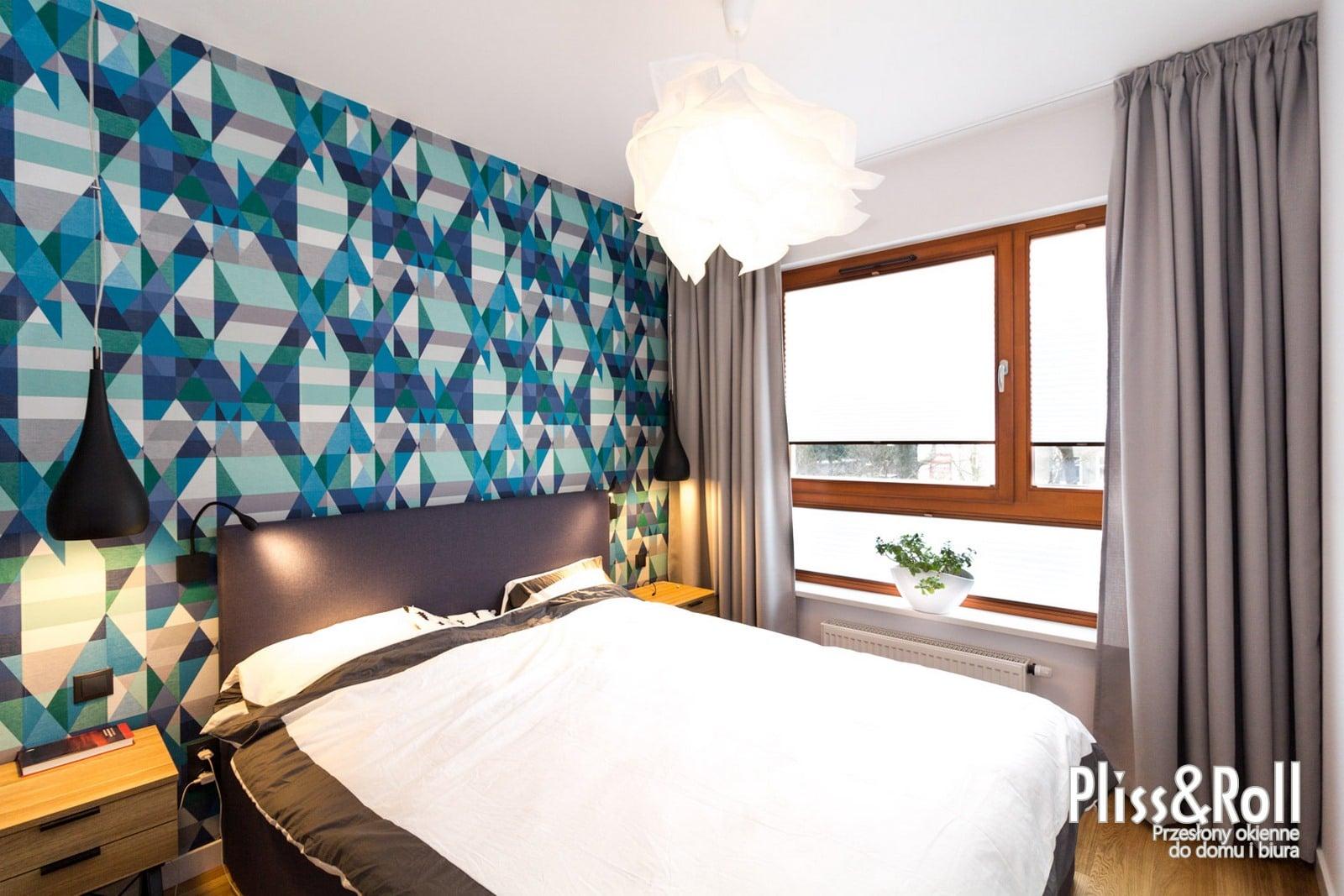 Ołówkowe zasłony na szynach DS wraz z plisami w firanowej tkaninie w sypialni - Włochy