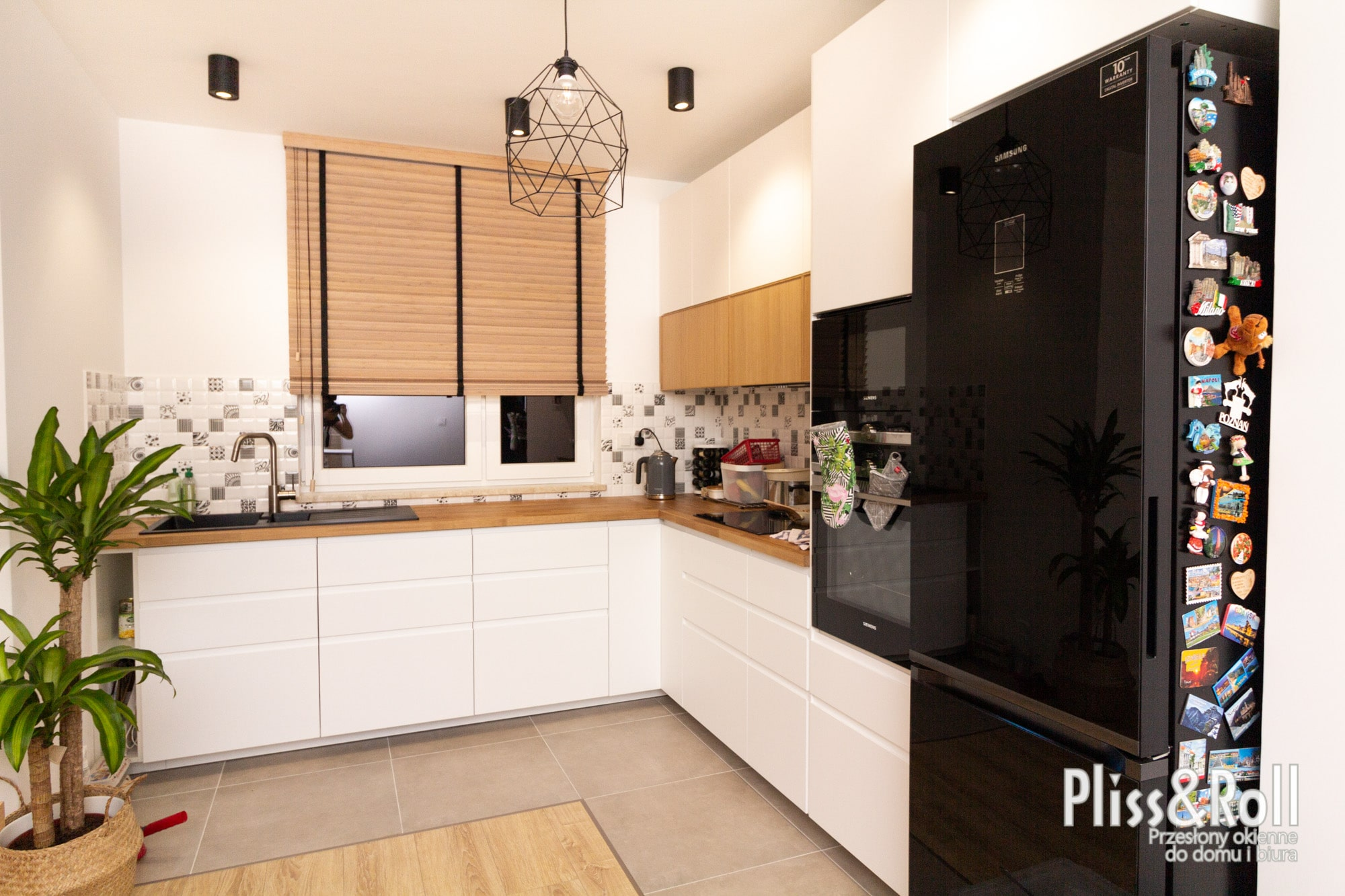 Żaluzje bambusowe 50mm na czarnych dekoracyjnych taśmach w kuchni