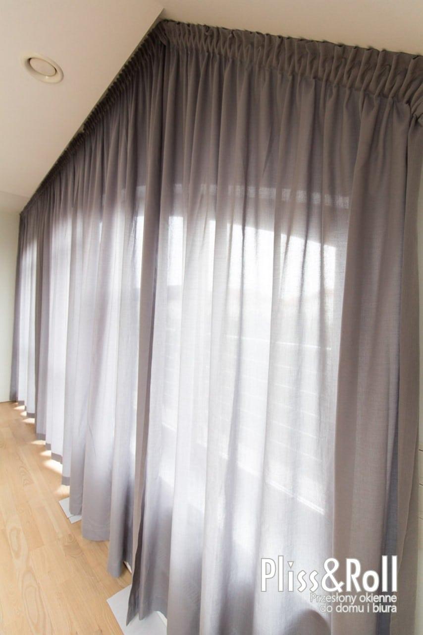 Gięte szyny wraz z szarymi zasłonami na nietypowe okna - Wawer