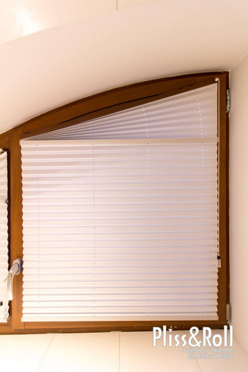 Białe plisy na nietypowe okna - Wawer