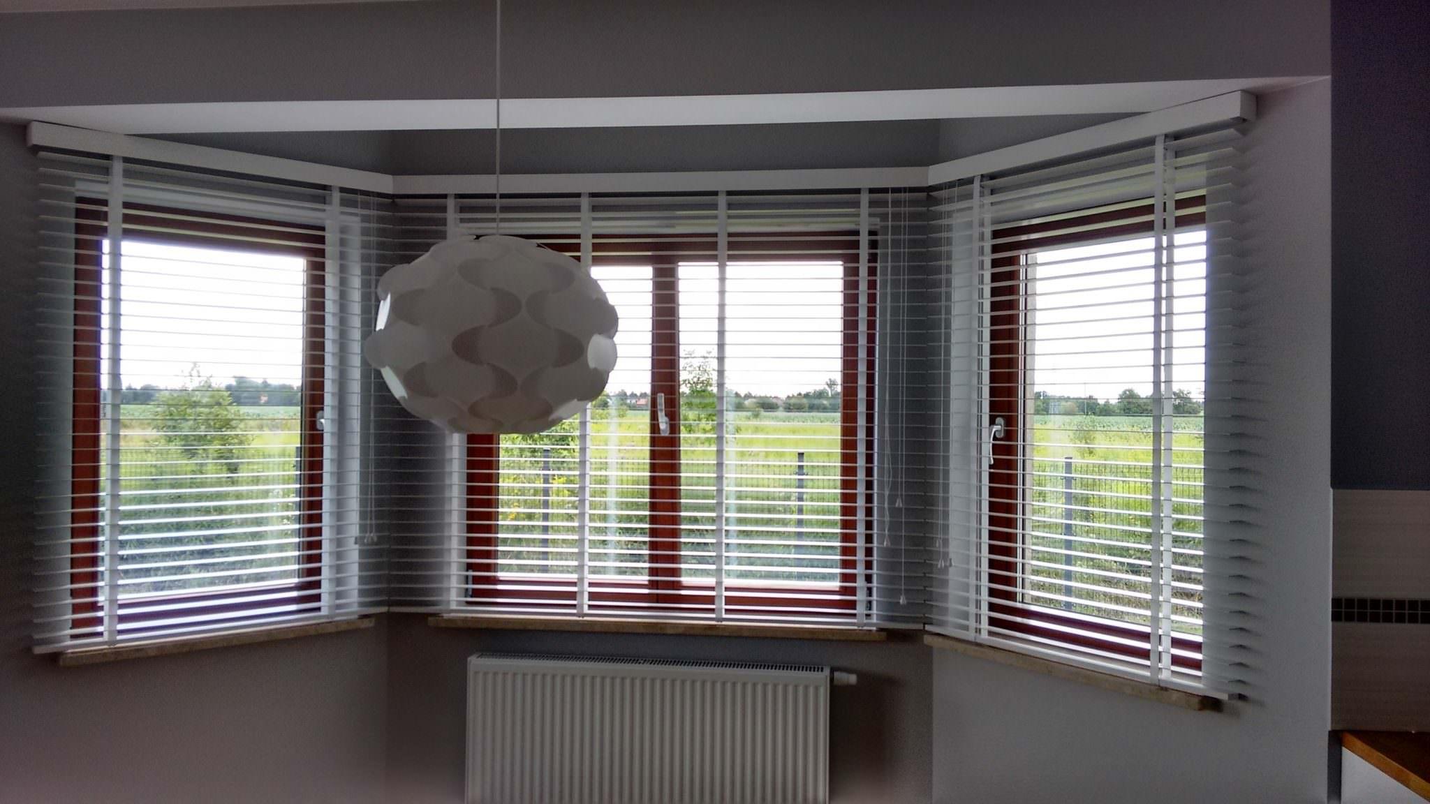 Białe żaluzje drewniane 50mm na wykusz okienny